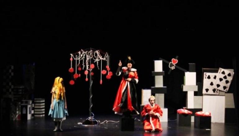 Bambini al Teatro le Maschere per vedere lo spettacolo Alice