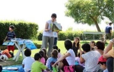 L'Ape-Lettura in giro per i quartieri romani a raccontare storie a grandi e bambini